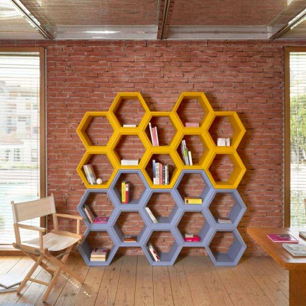 Librería de pared Slide Hexa de colores fabricada en Italia.